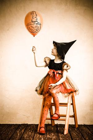 calabazas de halloween: Ni�o divertido vestido traje de la bruja. Halloween del concepto de fiesta Foto de archivo