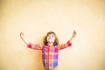 manos abiertas: Niño feliz que juega en casa. Dibujo tema del otoño. La imaginación y el concepto de la libertad Foto de archivo