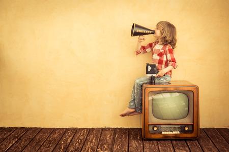 közlés: Kid kezükben vintage hangszóró. Kommunikációs koncepció. Retro TV Stock fotó