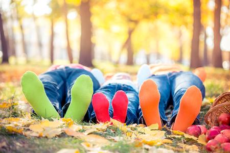 Szczęśliwa rodzina zabawy na wolnym powietrzu w parku jesienią Zdjęcie Seryjne
