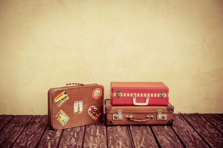 여행: 빈티지 클래식 갈색 가죽 가방. 여행 개념