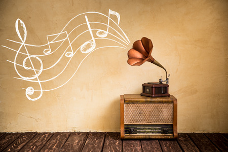bağbozumu: Vintage radyo ve gramofon. Retro müzik konsepti