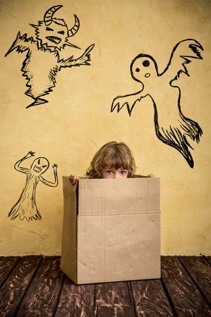 witch: Ni�o divertido vestido traje de la bruja. Halloween del concepto de fiesta Foto de archivo