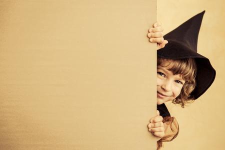 kinderen: Grappig kind gekleed heks kostuum. Halloween vakantie concept