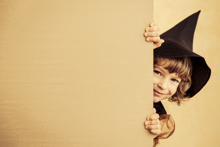 Legrační dítě oblečené kostýmu čarodějnice. Halloween prázdniny koncepce Reklamní fotografie