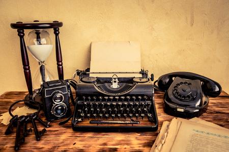 maquina de escribir: Retro typewriter with paper blank on wood table. Top view Foto de archivo