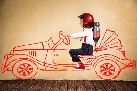 Porträt der jungen Geschäftsmann mit Jet-Pack Reiten Retro-Auto zeichnen. Erfolg, Kreativität und Innovation-Technologie-Konzept. Kopieren Sie Platz für Ihren Text Lizenzfreie Bilder