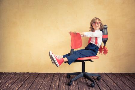 Retrato de jovem empresário com jet pack cadeira de escritório de equitação. Sucesso, tecnologia inovação criativa e conceito. Cópia espaço para o seu texto