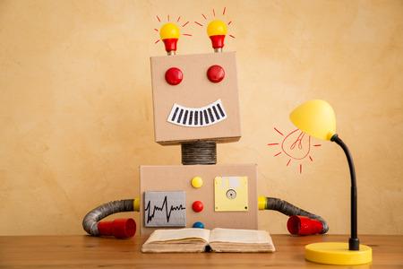 Grappig speelgoed robot. Innovatie technologie en creatief concept Stockfoto