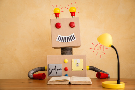 carton: Robot de juguete divertido. Innovación y tecnología concepto creativo