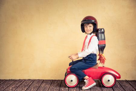 레트로 자동차를 타고 제트 팩과 젊은 사업가의 초상화입니다. 성공, 창의적이고 혁신 기술 개념. 텍스트 복사 공간