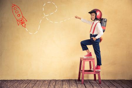 concept: Retrato de jovem empresário com jet pack no escritório. Sucesso, conceito criativo e inovação tecnológica. Cópia espaço para o seu texto Banco de Imagens