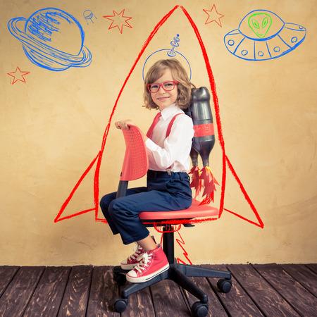 オフィスの椅子に乗ってのジェット パックで青年実業家の肖像画。成功、創造と革新の技術コンセプト。テキストのコピー スペース