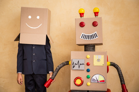 기술: 현대 다락방 사무실에서 장난감 로봇 젊은 사업가의 초상화. 성공, 창의적이고 혁신 기술 개념. 텍스트 복사 공간