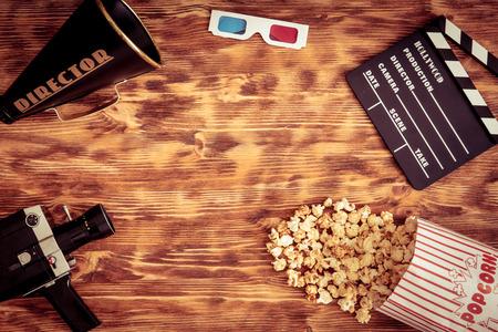palomitas de maiz: Objetos de cine retro. Vista superior. Copia espacio Foto de archivo