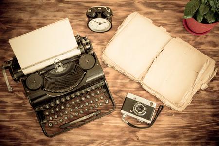 the typewriter: M�quina de escribir retra con el papel en blanco sobre fondo de madera. Vista superior Foto de archivo