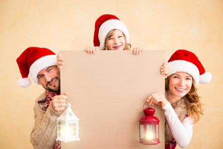 pere noel: Famille heureux holding de No�l banni�re blanc. Xmas concept de vacances