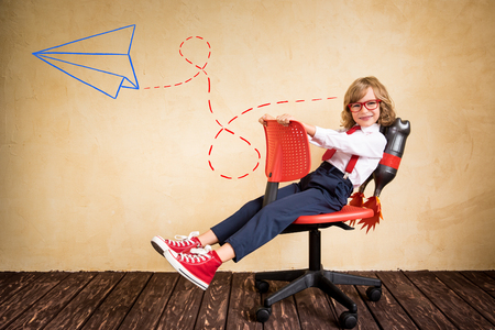 Porträt der jungen Geschäftsmann mit Jet-Pack Reitbürostuhl. Erfolg, Kreativität und Innovation-Technologie-Konzept. Kopieren Sie Platz für Ihren Text
