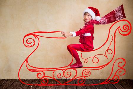 trineo: Unidad Niño feliz en el imaginario del trineo de Papá Noel. Concepto de milagro de Navidad
