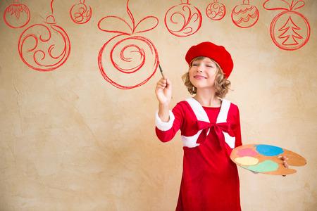 Kinder malen Weihnachtsschmuck. Kind spielen zu Hause. Weihnachten Urlaub-Konzept Lizenzfreie Bilder