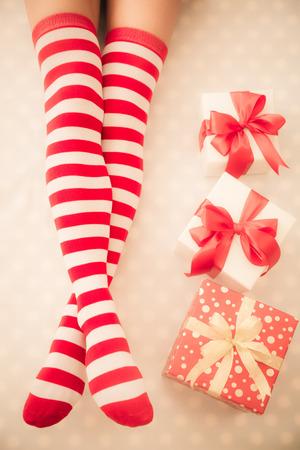 legs: Sexy piernas de la mujer de santa. Concepto de vacaciones de Navidad. Vista superior Foto de archivo