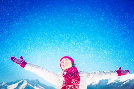 libertad: Concepto de la libertad de invierno Mujer de montaña vacaciones vacaciones Foto de archivo