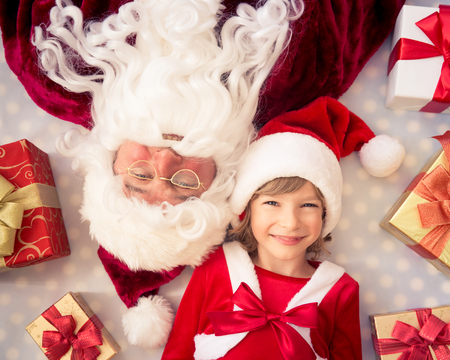 サンタ クロースと子供。クリスマス ギフト。クリスマス休暇の概念。トップ ビュー 写真素材