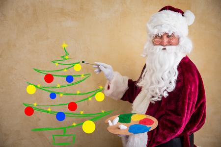 artistas: Pintor de Santa Claus. Concepto de vacaciones de Navidad Foto de archivo