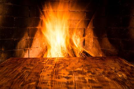 camino natale: Priorità bassa di legno contro il camino. Inverno concetto di vacanza