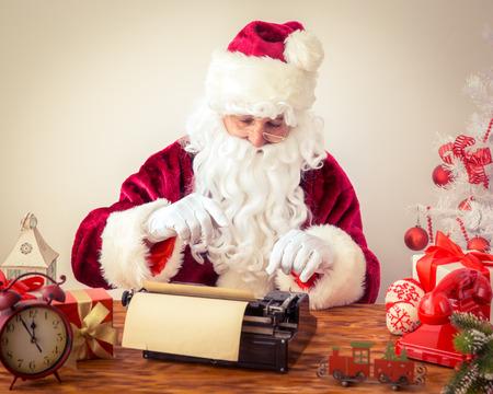 maquina de escribir: Santa Claus libra m�quina de escribir manual. Concepto de vacaciones de Navidad