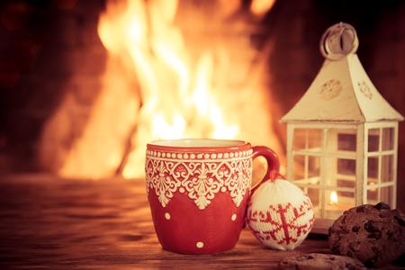 camino natale: Ornamento di Natale vicino al camino. Inverno concetto di vacanza