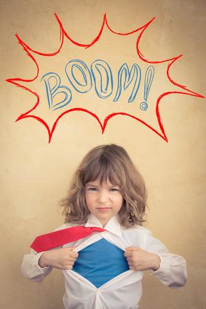 Portrait des jungen Superhelden-Geschäftsmann im Büro. Erfolg, Kreativität und Innovationskonzept