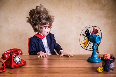 Portret van jonge zakenman in het kantoor. Succes, creatief en innovatieconcept