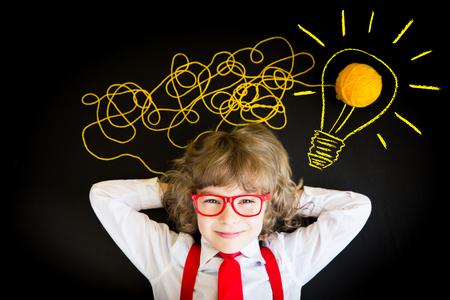 imaginacion: Retrato de joven empresario en la oficina. El éxito, el concepto creativo y la innovación