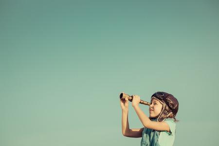 Szczęśliwe dziecko grając na zewnątrz. Podróże i przygody pojęcia