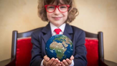 jornada de trabajo: Retrato de niño joven empresario en la oficina. Concepto de negocio global Foto de archivo