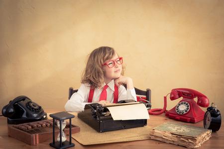 Portret van jonge zakenman kind op kantoor. Succes en creatief in bedrijfsconcept