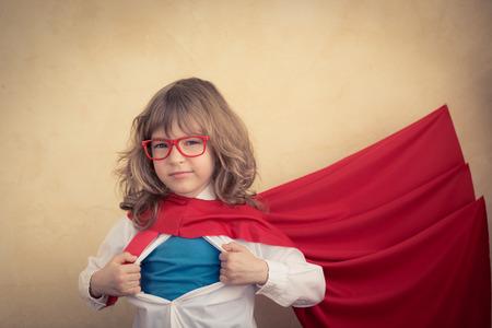 Portrait des jungen Superhelden Kind Geschäftsmann im Büro. Erfolg, Kreativität und Innovationskonzept