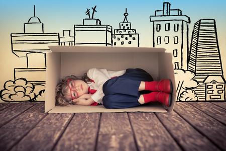 carton: Retrato de niño joven empresario en la oficina. Concepto de bienes raíces