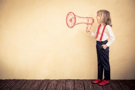 niños felices: Retrato de niño joven empresario en la oficina. El concepto de éxito la comunicación empresarial Foto de archivo