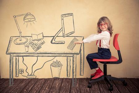 Portrait des jungen Geschäfts Kind im Büro. Erfolg, Kreativität und Innovationskonzept Lizenzfreie Bilder