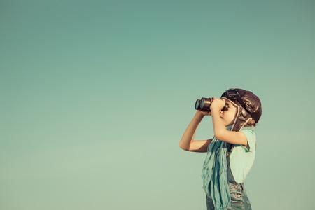lider: niño feliz jugando al aire libre. el concepto de viaje y la aventura