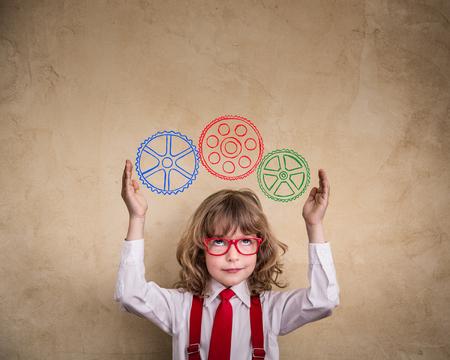 Portrait des jungen Geschäfts Kind im Büro. Creative Business-Konzept Lizenzfreie Bilder
