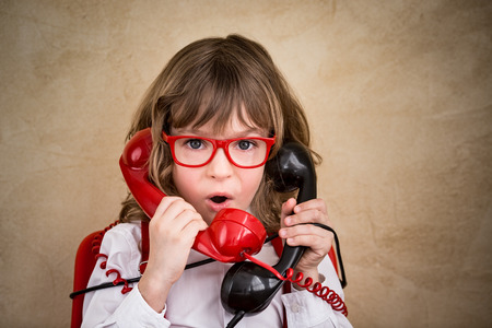 hablando por telefono: Retrato de joven empresario en la oficina. El éxito, el concepto creativo y la innovación