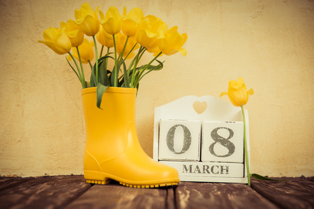 Ramo de flores contra el fondo del grunge. concepto de vacaciones de primavera. Dia de la mujer Foto de archivo - 52590659
