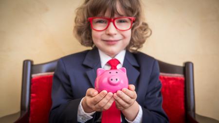 banco dinero: Retrato de joven empresario en la oficina. El éxito, el concepto creativo y la innovación
