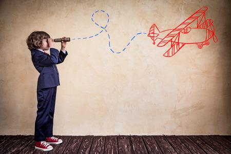 niño escuela: Retrato de joven empresario en la oficina. El éxito, el concepto creativo y la innovación