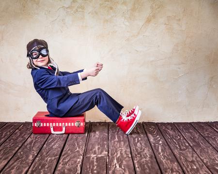 piloto: Retrato de joven empresario en la oficina. El éxito, el concepto creativo y la innovación