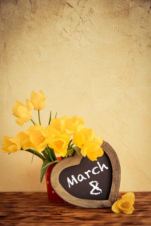 Ramo de flores contra el fondo del grunge. concepto de vacaciones de primavera. Dia de la mujer Foto de archivo - 52590674