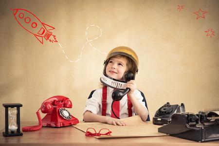사무실에서 젊은 사업가의 초상화입니다. 성공, 창조 및 혁신 개념 스톡 콘텐츠